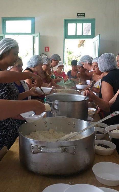 Marmitas preparadas no Santuário de Anchieta para as vítimas das enchentes no Espírito Santo
